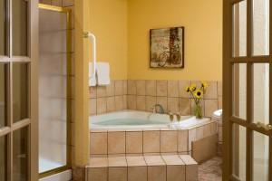 Cedar Crest Lodge tub